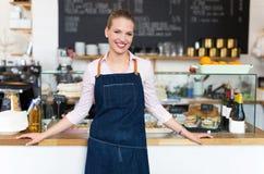 Proprietário fêmea novo orgulhoso do café Fotos de Stock