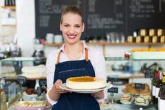 Proprietário fêmea novo orgulhoso do café Imagem de Stock Royalty Free