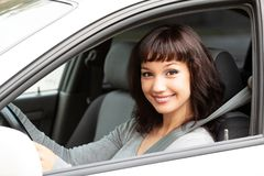 Proprietário feliz de um carro novo que sorri a você imagem de stock