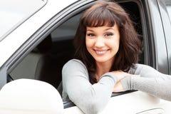 Proprietário feliz de um carro novo que sorri a você imagens de stock royalty free
