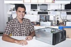 Proprietário feliz de uma loja do reparo do computador Fotografia de Stock Royalty Free