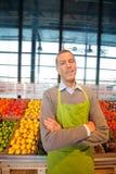 Proprietário feliz do supermercado da loja fotos de stock