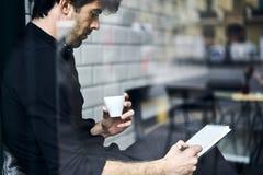 Proprietário maduro de um negócio em uma apreciação preta do nand da camisa saboroso Imagem de Stock