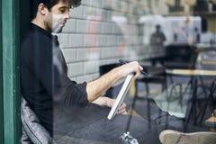 Proprietário maduro de um negócio em uma camisa preta que aprecia o café saboroso Foto de Stock
