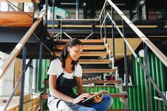 Propriet?rio novo do caf? que senta-se na escadaria foto de stock royalty free