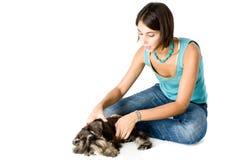 Proprietário que joga com filhote de cachorro Fotos de Stock Royalty Free