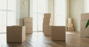 Proprietários de casa novos que desembalam as caixas, caixas de cartão grandes na casa nova Mover-se para um conceito novo do apa video estoque