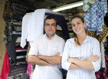 Proprietários dos sócios comerciais da família de uma loja da tela Imagens de Stock Royalty Free