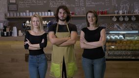 Proprietários empresariais pequenos da cafetaria e avental vestindo do pessoal que levanta no primeiro dia da abertura - vídeos de arquivo
