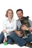 Proprietários felizes do animal de estimação foto de stock royalty free