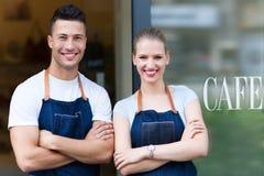 Proprietários novos do café na entrada imagens de stock royalty free