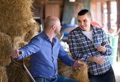 Proprietari di ranch che parlano in una tettoia fotografie stock