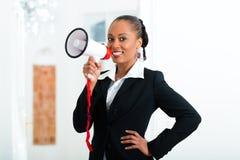 Proprietaria o agente immobiliare che annuncia un appartamento Immagine Stock