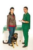Proprietario con il cane in ufficio veterinario fotografia stock libera da diritti