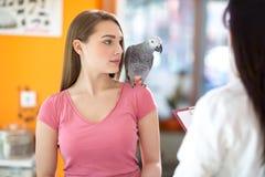 Proprietario con l'animale domestico in clinica veterinaria Fotografia Stock