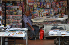 Proprietario del deposito indiano delle riviste in poca India, Singapore Immagini Stock Libere da Diritti