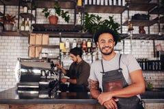 Proprietario di caffetteria maschio che sta al contatore Fotografia Stock