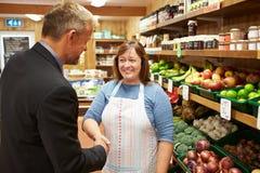 Proprietario di Meeting With Female del direttore di banca del negozio dell'azienda agricola immagine stock