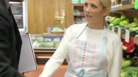 Proprietario di Meeting With Female del direttore di banca del negozio dell'azienda agricola video d archivio