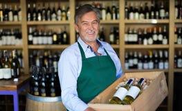 Proprietario di negozio del vino Immagini Stock
