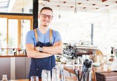 Proprietario di ristorante che sta davanti al bar Fotografia Stock Libera da Diritti
