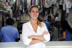 Proprietario felice di un commercio di lavaggio a secco Fotografia Stock Libera da Diritti
