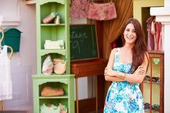 Proprietario femminile del negozio diritto dell'esterno del deposito di modo Fotografia Stock