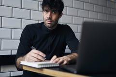 Proprietario maturo di un affare in una camicia nera Fotografie Stock