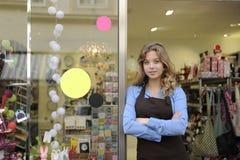 Proprietário de loja na frente da loja de presente Imagens de Stock