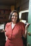 Proprietário fêmea na loja de segunda mão  Imagem de Stock