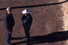 Propriétaires d'un ranch parlant dans la rue Image stock