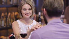 Propuesta de matrimonio el día de tarjeta del día de San Valentín almacen de video