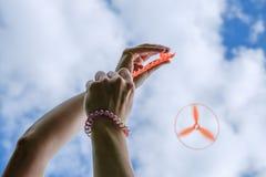 Propulseur de jouet à disposition - jouez avec des enfants sur extérieur en été, hélicoptère de jouet Photographie stock