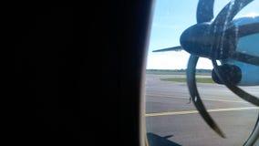 Propulseur de turbopropulseur de plaine vu la fenêtre banque de vidéos
