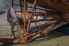Propulseur rouillé de bateau sur le rivage Images libres de droits