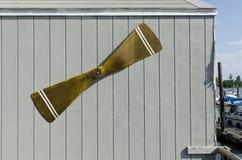 Propulseur vert sur la voie de garage de grange à une marina Image libre de droits