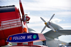 Propulseurs d'avions des avions dans l'aéroport et la voiture avec du Th Image libre de droits