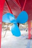 Propulsor azul del velero en un casco rojo Foto de archivo libre de regalías