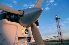 Propulsor de aeroplano con la torre ligera en la puesta del sol imagenes de archivo