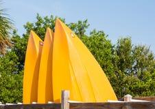 Prore o una parte anteriore di tre kajak o canoe di plastica Immagini Stock Libere da Diritti