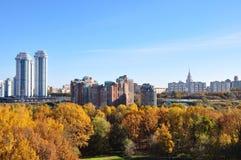 Proroga höst i Moskva, sikten från fönstret, Moskvadelstatsuniversitet, bostads- guld- härlig dag, friskhet Arkivbild
