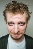 Prortret coupable d'un homme barbu avec le maquillage Photos stock
