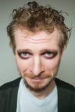 Prortret schuldig van een gebaarde mens met make-up Stock Foto's
