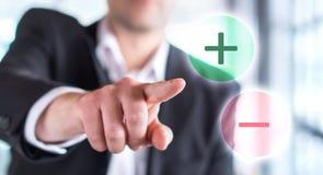 Pros - en - cons Het bedrijfsmens raken plus of minus stock afbeeldingen