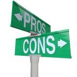 Pros - en - de Tekens die van de cons.straat voor tweerichtingsverkeer Opties vergelijken Royalty-vrije Stock Foto