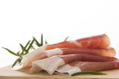 Prosciutto, ιταλικό θεραπευμένο ζαμπόν που απομονώνεται στο λευκό στοκ φωτογραφία με δικαίωμα ελεύθερης χρήσης