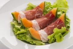 Prosciutto με το πεπόνι στο φύλλο σαλάτας στοκ φωτογραφίες με δικαίωμα ελεύθερης χρήσης