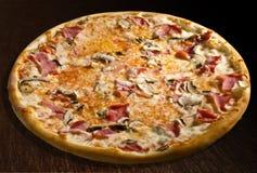 prosciutto пиццы funghi e Стоковое Фото