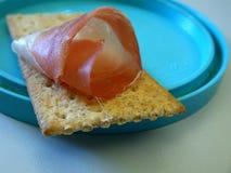 Prosciutto affumicato sul cracker Immagini Stock