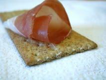 Prosciutto affumicato sul cracker Fotografia Stock Libera da Diritti